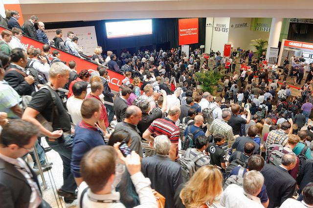 W tegorocznej konferencji OpenWorld weźmie udział ok. 60 tys. osób. Na zdjęciu - kolejka przed wejściem na prezentację otwierającą.