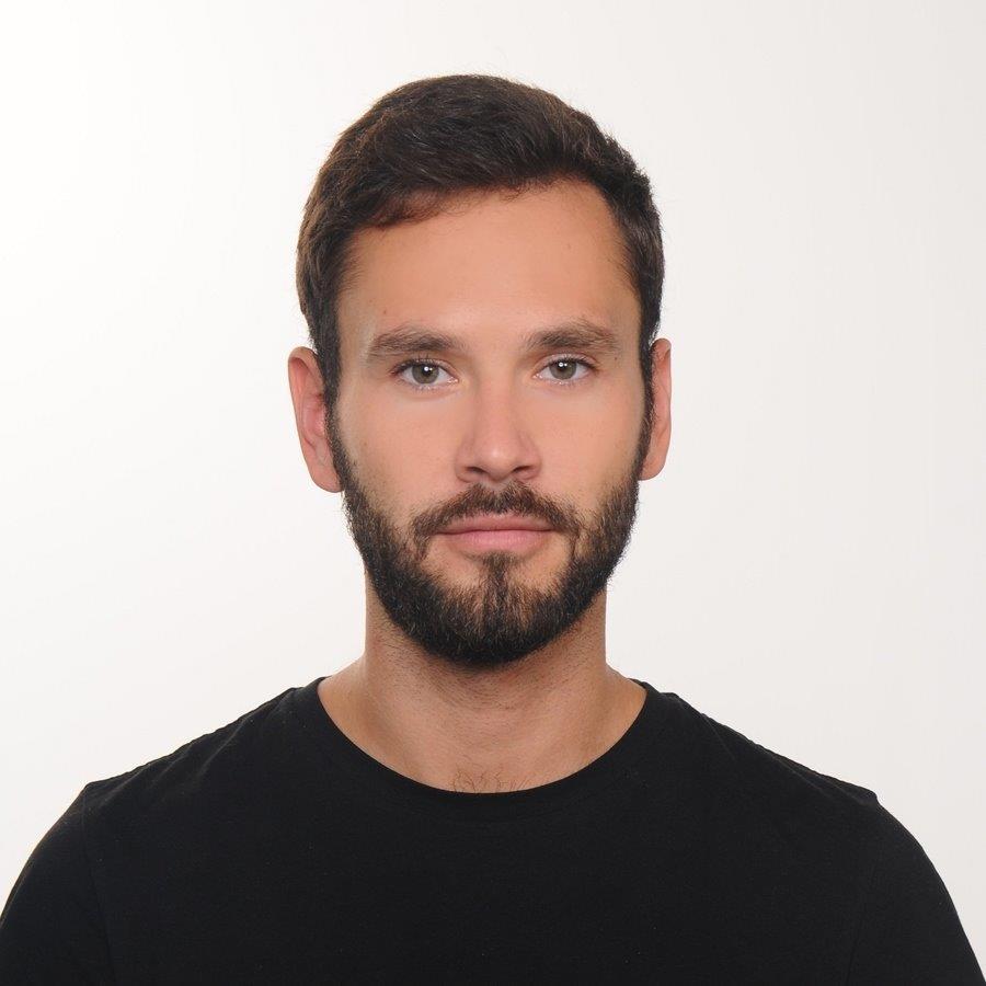 """""""Aplikacje społeczne są dowodem na to, że małym nakładem pracy można rozwiązywać problemy, które bezpośrednio dotyczą dużych części społeczeństwa"""" - mówi Krzysztof Madejski, koordynator inicjatywy Koduj dla Polski."""