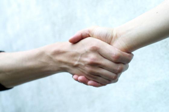 intuitivmedia-handshake-1511539-639x426