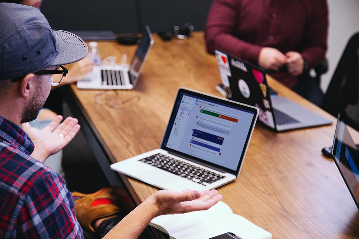 Slack vs. Teams: który komunikator wybrać dla swojej firmy