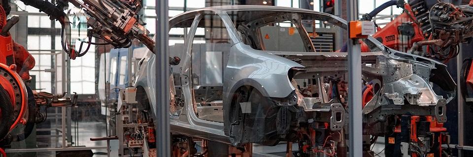 Rynek motoryzacyjny wciska gaz – branżę czeka wielka automatyzacja, za którą musi pójść rozwój kompetencji