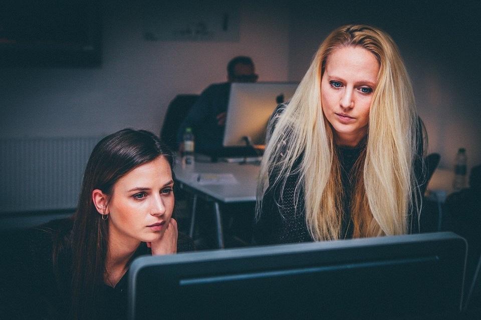 Raport FEP: Kobiety w branży technologicznej wciąż muszą mierzyć się z seksizmem