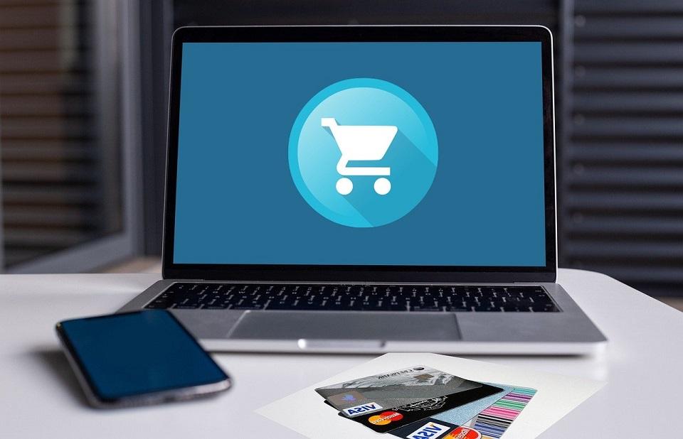 Polacy coraz częściej na zakupach online