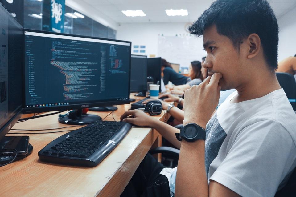 Programiści – młodzi, zdolni i przeważnie bez wyższego wykształcenia