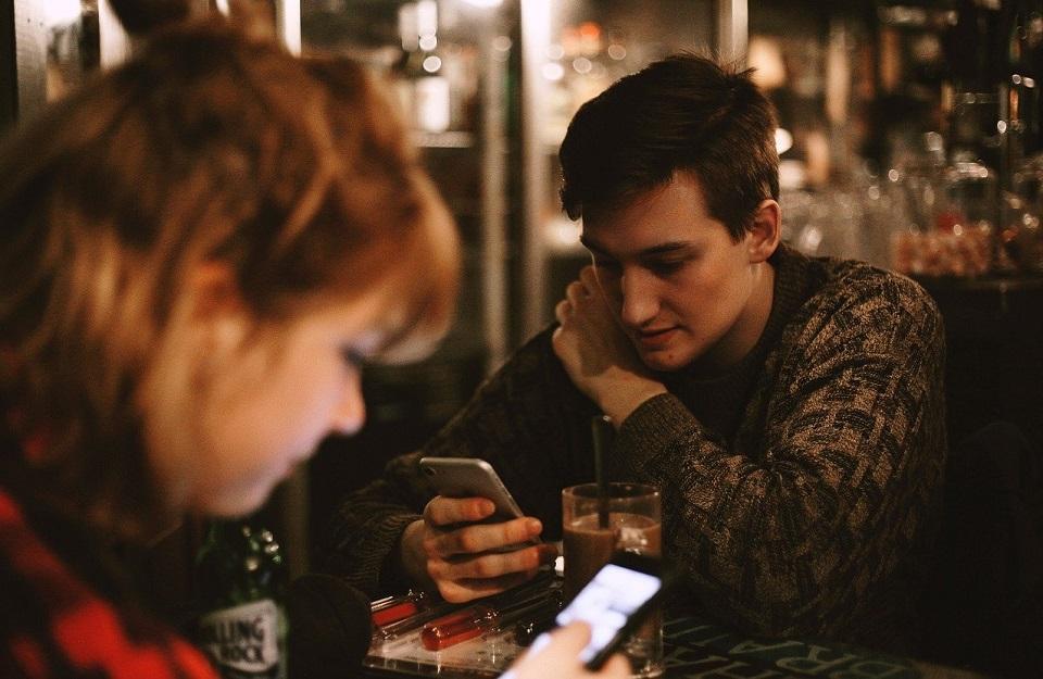 Coraz więcej czasu spędzamy przed ekranami, czy grozi nam cyfrowe uzależnienie?