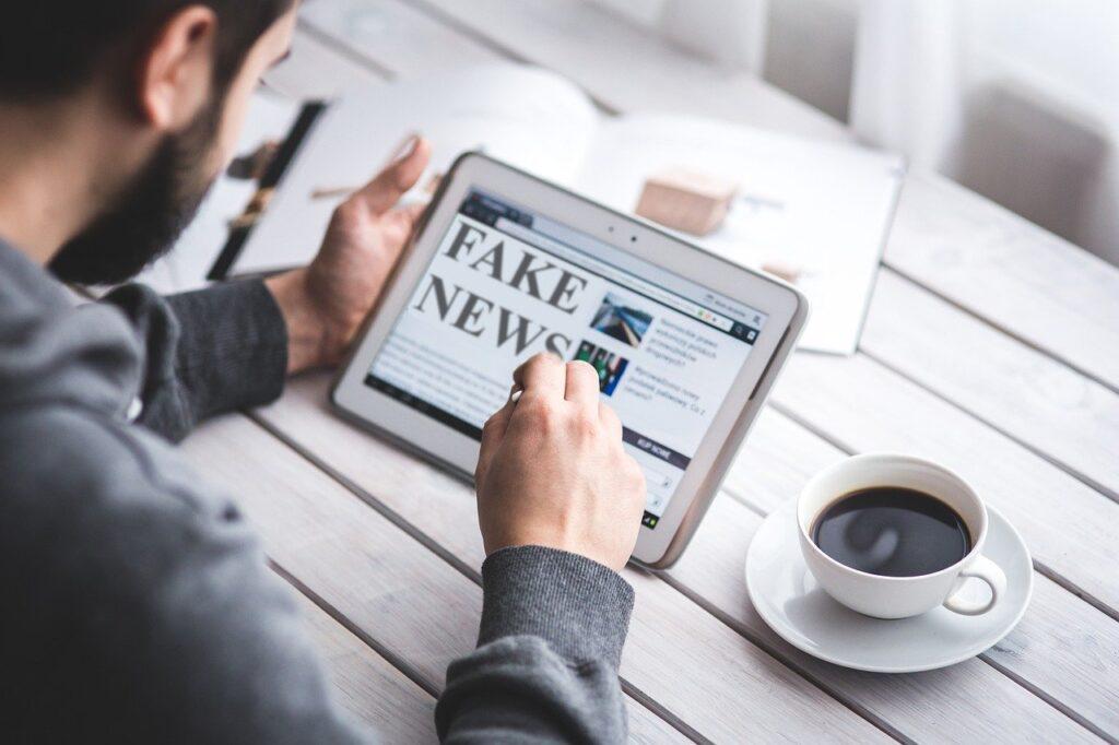 W jaki sposób szerzy się dezinformacja w internecie i jak z nią walczyć