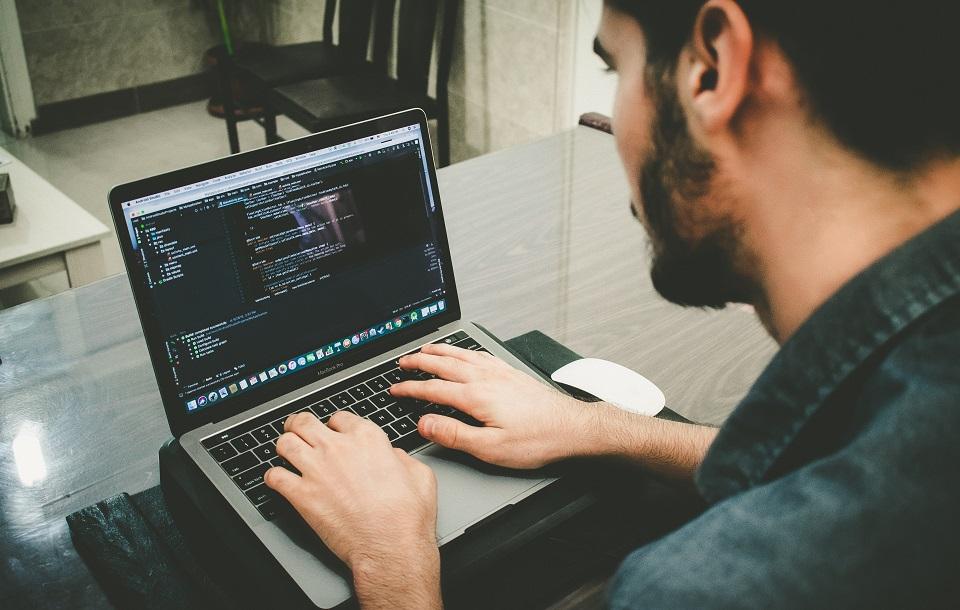 Branża IT wciąż trzyma się mocno – wzrosły stawki i liczba ofert pracy
