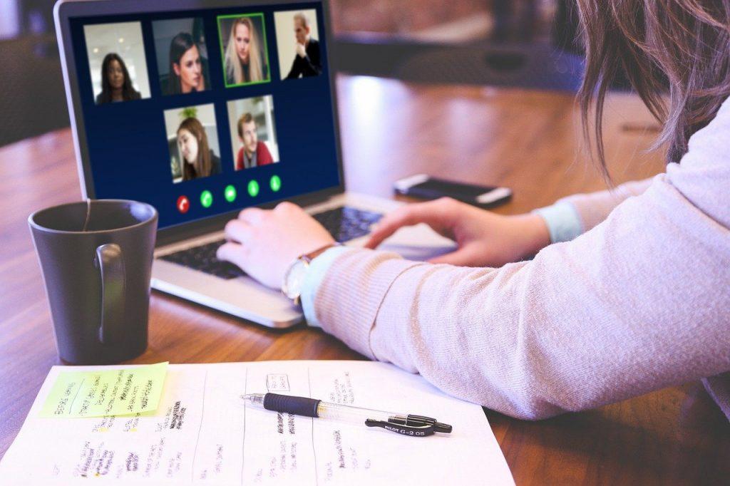 Co nam najbardziej przeszkadza podczas spotkań online?